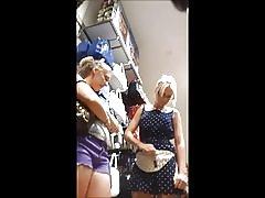Upskirt blond teen srebrny stringi (w twarz)